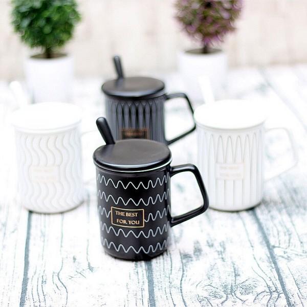 Комплект керамични чаши в черно и бяло с лъжичка и капак в кутия