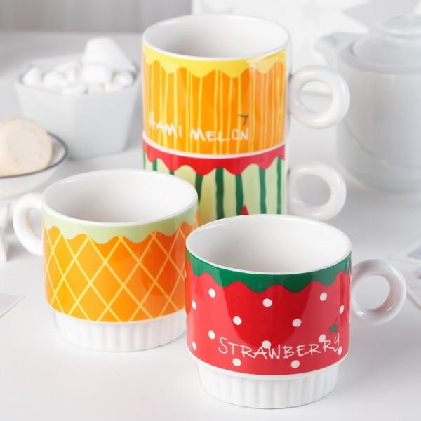 Цветни чаши за кафе или чай на стойка с принт плодове