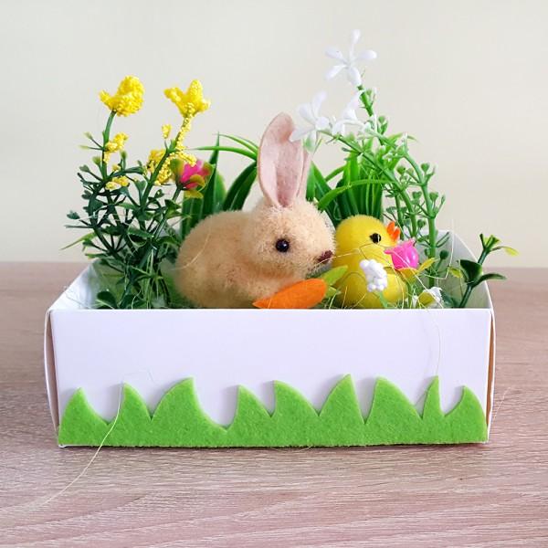 Великденска украса зайче с пиле в градинка декорация за Великден