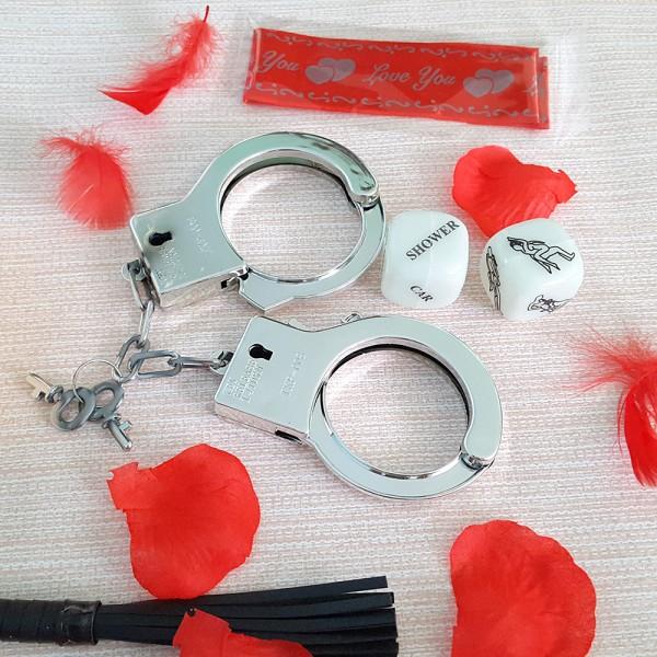Еротичен комплект в кутия - белезници бич любовни зарчета листенца от рози