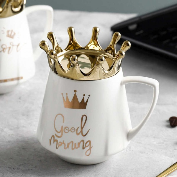Подарък за нея керамична чаша с капаче корона и надпис LOVE