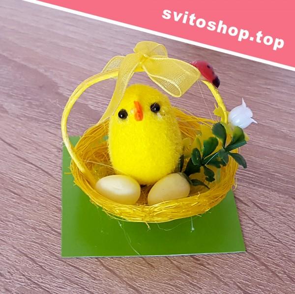 Мини декоративна фигура пиленце в кошничка с калинка украса за Великден 5см
