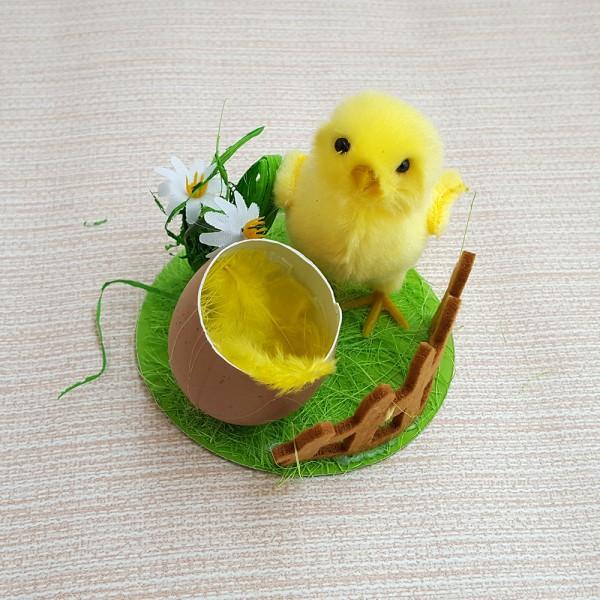 Великденска украса пиленце в градинка
