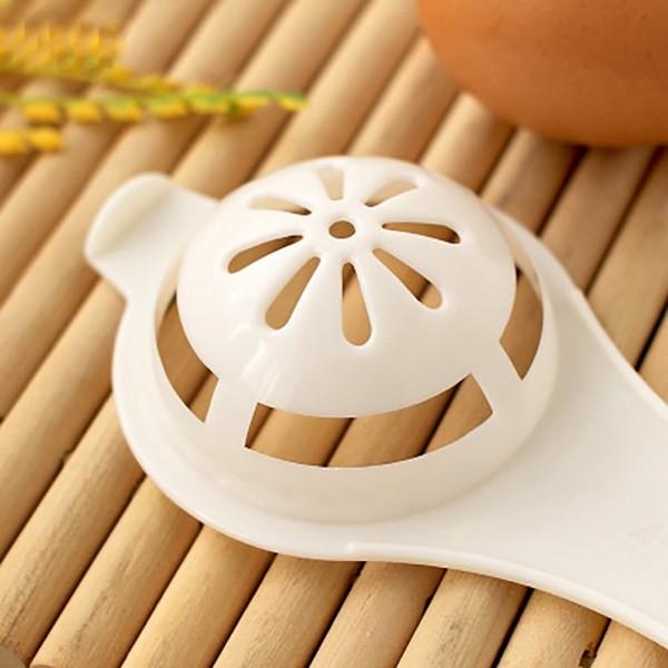 Прибор цедка за разделяне на жълтък от белтък на яйца