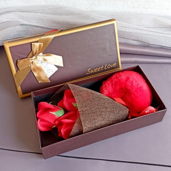 Подаръчен комплект Ключодържател сърце с букет рози в кутия